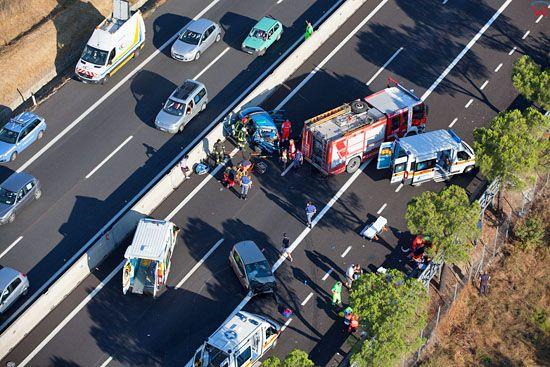 Akcja ratownicza podczas wypadku samochodowego na autostradzie. LOTNICZE.