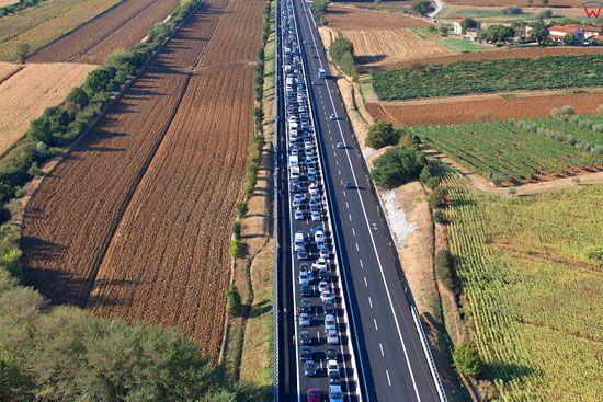 Korek na autostradzie A1 przebiegajacej przez ToskaniÄ™. EU, Italia, Toskania. LOTNICZE.