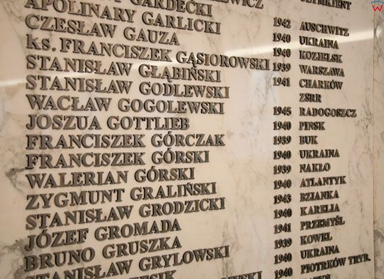 Tablica w holdzie parlamentarzystom poleglych w czasie II wojny swiatowej w Hallu glownym Sejmu.