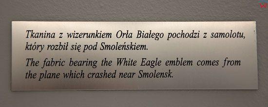 Tablica upamietniajaca parlamenarzystow, ktorzy zgineli w katastrofie lotniczej pod Smolenskiem w Hallu glownym Sejmu.