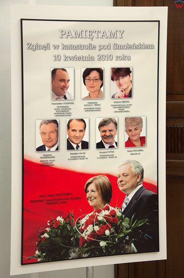 Tablica upamietniajaca poleglych parlamentarzystow na korytarzu Sejmu.