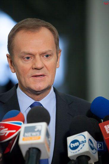 Premier Donald Tusk udzielajacy wywiadu w Hallu Glownym Sejmu 22-02-2013 r.