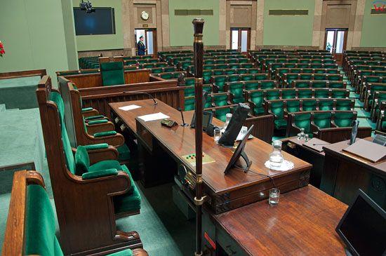 Sala Posiedzen Sejmu RP, Stol Prezydialny z miejscem Marszalka.