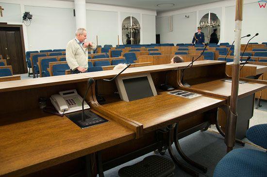 Sala Posiedzen Senatu widoczna przez biurko Marszalka.