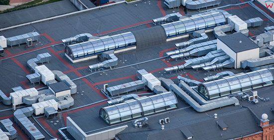 System wentylacji i klimatyzacji na dachu centrum handlowego. EU, Pl, Podlaskie. LOTNICZE.