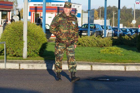Przejscie graniczne Bezledy-Bagrationowsk, funkcjonariusz rosyjskiej sluzby granicznej. EU, Rosja-Obwod Kaliningradzki.