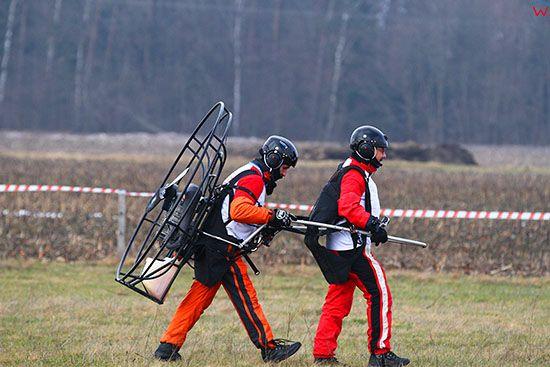 Pisz, Winter Masuria Paramotor Cup 2014, 15.02.2014r. Zawody motoparalotniowe rozgrywano przy silnym wietrze w wyniku czego pojawialy sie problemy ze startem i wywrotki. EU, PL, Warminsko-Mazurskie.