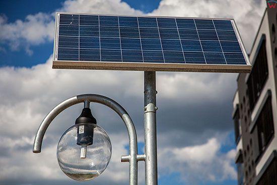 Katowice, Euro - Centrum Park Naukowo Technologiczny, grupa koncentrujaca sie na rozwoju technologi energooszczednych, n/z oswietlenie ulicy wykorzystujace panele sloneczne. EU, Slaskie.
