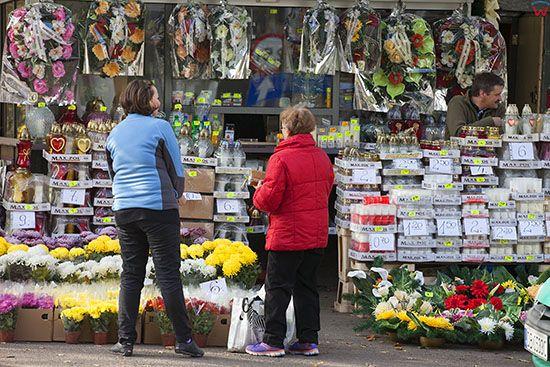 Walbrzych, sprzedaz zniczy i kwiatow tuz przed Swietem Smarlych. EU, PL, Dolnoslaskie.