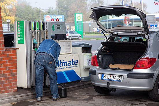Kostrzyn n/o, niemieccy kierwowcy tankuja tansze paliwo po polskiej stronie Odry. EU, Pl, Lubuskie.