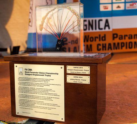 Legnica, 04.07.2015r. II Motoparalotniowe Slalomowe Mistrzostwa Ĺšwiata. Ceremonia zakonczenia zawodow i wreczenia nagrod n/z trofeum Grzegorza Krzyzanowskiego