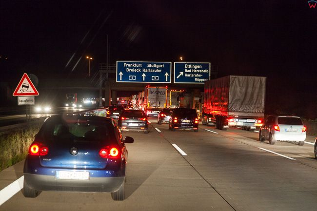 Karlsruhe, (Niemcy) 18.09.2015 r. Ruch na Autostradzie A5 wieczorowa pora.