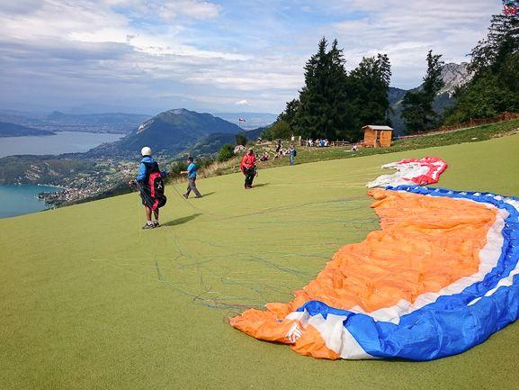 Montmin (Francja), 12.09.2015. Startowisko paralotniowe w Alpach nad brzegiem jeziora Annecy