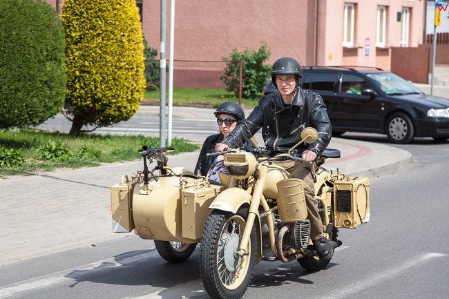 Nowe Miasto Lubawskie, motocyklista na ulicy. EU, PL, Kujaw-Pom.