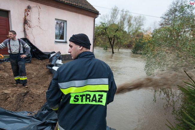 Sepopol, pow. bartoszycki. Jesienne opady deszczu spowodowaly lokolane podtopienia, n/z akcja OSP Sepopol ratujaca domostwa przed woda.. EU, PL, warm-maz