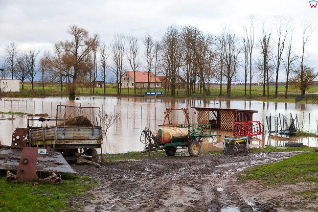 Lwowiec pow. bartoszycki. Intensywne, jesienne opady deszczu spowodowaly lokalne podtopienia poprzez wystapienie z koryta rz. Struga Mamlak.. EU, PL, warm-maz