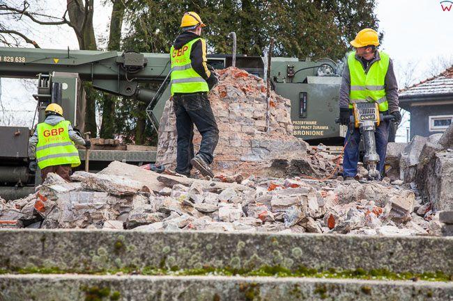 Lidzbark Warminski, demontaz Pomnika Wdziecznosci Armii Radzieckiej, na skutek wejscia w zycie ustawy dekomunizacyjnej. EU, PL, warm-maz. Lotnicze.
