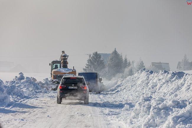Huba, wies polozona u podnoza Gorcow, odsniezanie zasypanej drogi. EU, PL, malopolskie.