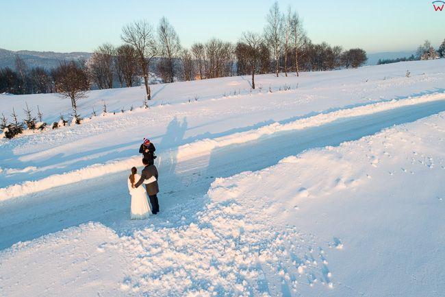 Czorsztyn, zimowa sesja pary mlodych. EU, PL, malopolskie, Lotnicze