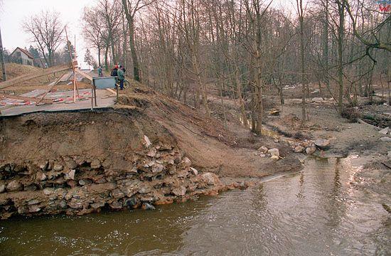 EU, Pl, warm-maz. Gorowo Ilaweckie, powodz 2/3.02.2000 r. Przerwana grobla i jezdnia pod naporem wody.