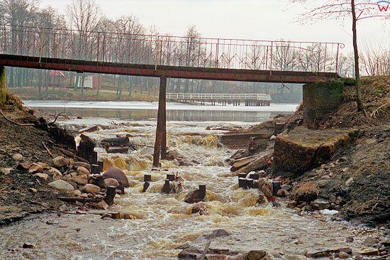 EU, Pl, warm-maz. Gorowo Ilaweckie, powodz 2-3.02.2000 r. Resztki wody splywajace ze zbiornika.