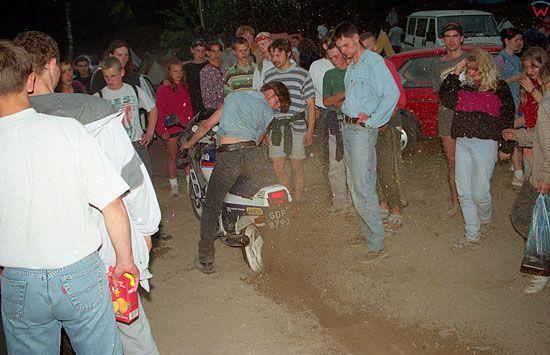 EU, Pl, warm-maz. Piknik Country MrÄ…gowo 27-07-1996 r. Rownolegle z trwajacym koncertem mlodziez bawi sie na swoj sposob.