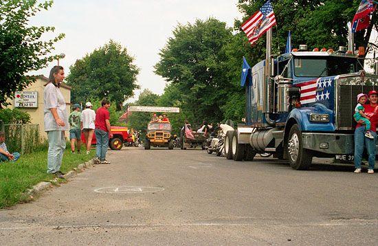 EU, Pl, warm-maz. Piknik Country MrÄ…gowo 28-07-1996 r. Niedzielna parada pojazdow.
