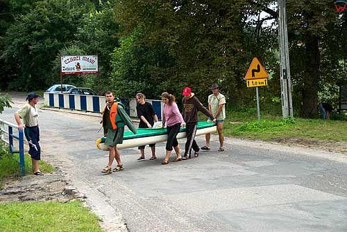Ukta. Przeprawa kajakowa przez drogę na rzece Krutynia.