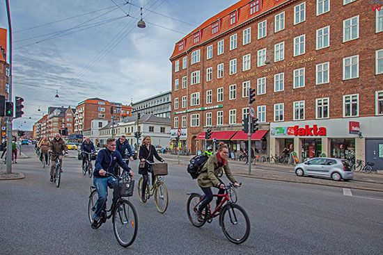 Kopenhaga (Dania). Rowerzysci na ulicy Amagerbrogade