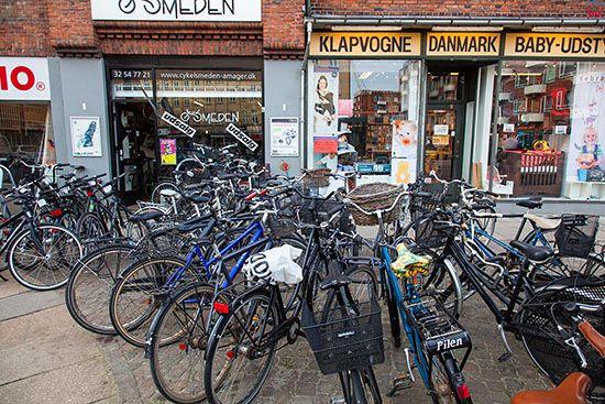 Kopenhaga (Dania). Rowery przed sklepem przy ulicy Amagerbrogade