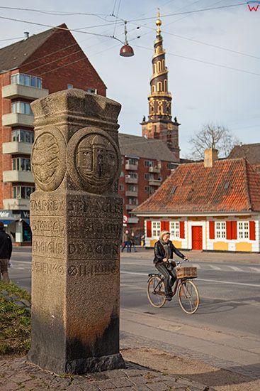 Kopenhaga (Dania). Kamienny, przydrozny slup przy ul. Torvegade