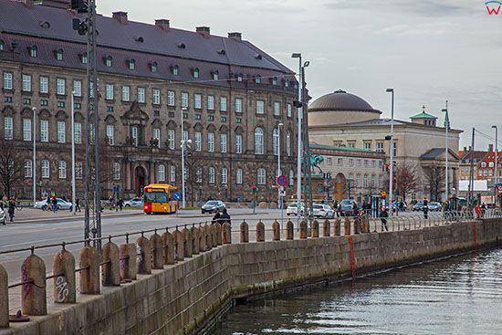 Kopenhaga (Dania). Slotsholmen Island z widocznym kosciolem klasycystycznym