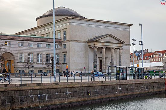 Kopenhaga (Dania). Kosciol klasycystyczny na wyspie Slotsholmen przy Christiansborg Slotsplads