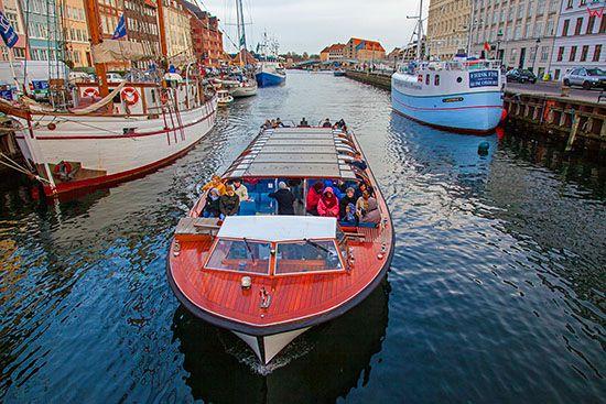 Kopenhaga (Dania). Nyhavn, portowy zaulek nad kanalem w starej czesci miasta