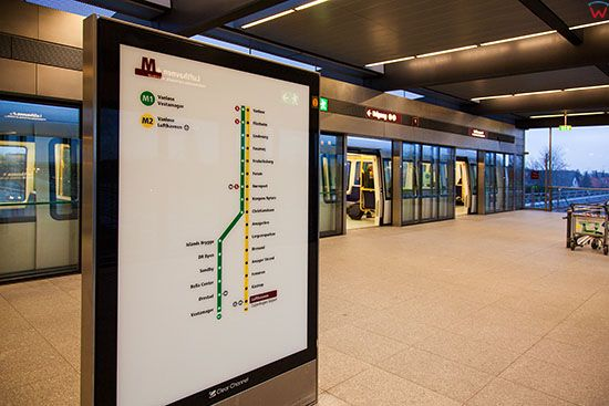 Kopenhaga (Dania). Lufthavnen Metro Station, tablice informacyjne