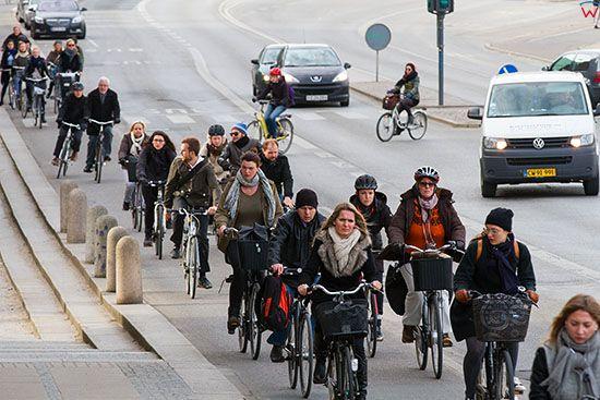 Kopenhaga (Dania). Mieszkancy miasta wracjacy po pracy do domow ulica Borshgade