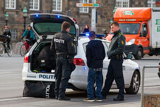 Kopenhaga (Dania). Interweniujaca policja w centrum miasta