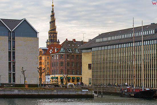 Kopenhaga (Dania). Panorama na Christianshavn z widoczna wieza kosciola Church of Our Saviour