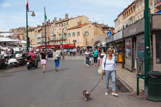 Saint-Tropez (Francja) 16.09.2015 r. nabrzeze przy porcie jachtowym.