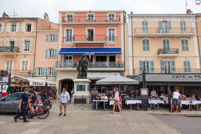 Saint-Tropez (Francja) 16.09.2015 r. nabrzeze Ouai Gabriel Peri z restauracjami portowymi.