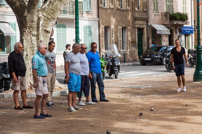 Saint-Tropez (Francja) 16.09.2015 r. Petanka, francuska gra zrecznosciowa grana przez mezczyzn w parku Boulevard Vasserot.