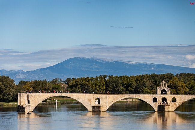 Avignon, (Francja) 16.09.2015 r. panorama na Most PontAvignon na rzece Le Rhone.