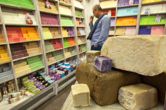 Avignon, (Francja) 16.09.2015 r. sklep z pamiatkami oferujacy mydlo zapachowe.