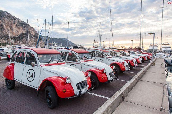Beaulieu-sur-Mer (Francja) 15.09.2015 r.  Marina Port de  Beaulieu-sur-Mer nad Zatoka Rade de Beaulieu. N/z samochody do wypozyczenia.