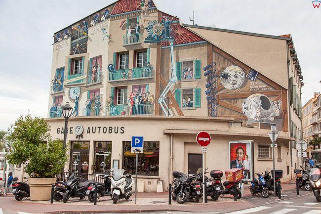 Cannes, (Francja) 14.09.2015 r. kamienica przy Rue Felix Faure ozdobiona malowidlami ze scen filmowych.
