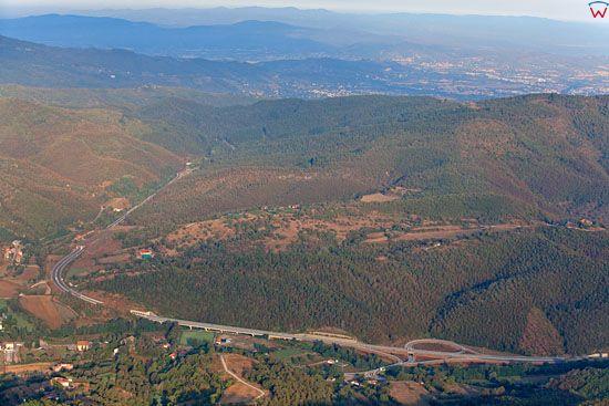 Autostrada przcinajaca Apeniny w okolicy Pallazo del Pero.  EU, Italia, Toskania. LOTNICZE.