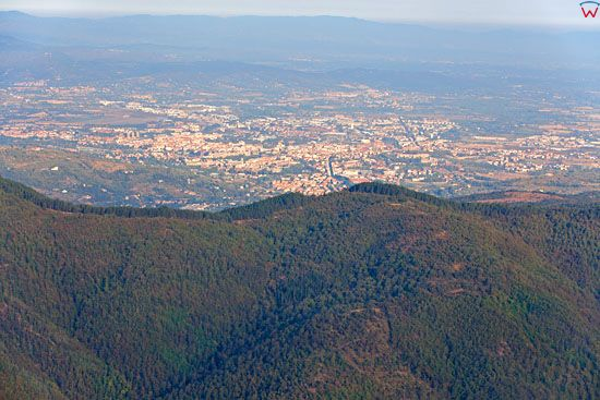 Panorama na miasto Arezzo z gory Monte Nerone.  EU, Italia, Toskania. LOTNICZE.
