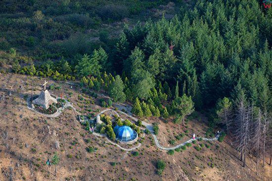 Apeniny, kapliczka na stoku gory w okolicy Upacchi (Arezzo).  EU, Italia, Toskania. LOTNICZE.