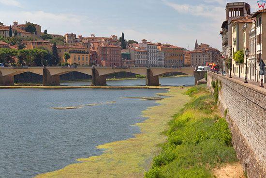 Most Ponte alle Grazie nad rzeka Arno we Florencji. EU, Italia.