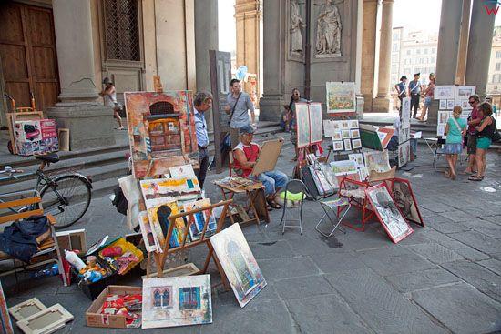 Artysta malujacy obrazy przy The Uffizi Gallery. EU, Italia, Florencja.